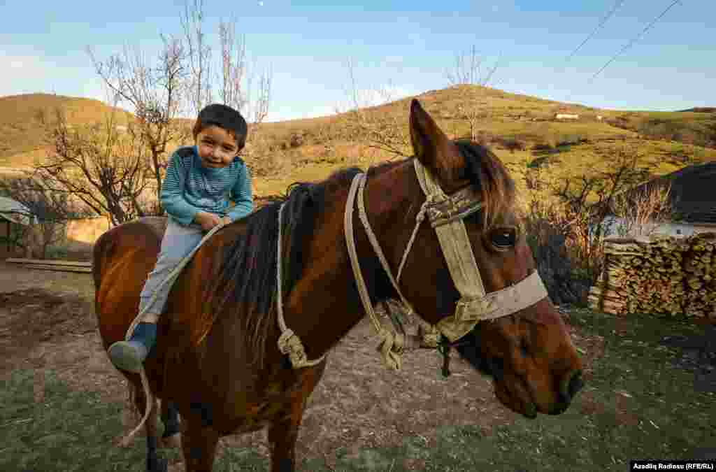 Yusifin beş yaşı var, bağçaya getməsə də at minməyi, həyətdəki heyvanlara qulluq etməyi daha yaxşı bacarır.