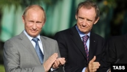 The head of the IOC Coordination Commission for the Sochi 2014 Olympic Winter Games, Jean-Claude Killy (right), with Russian President Vladimir Putin (file photo)