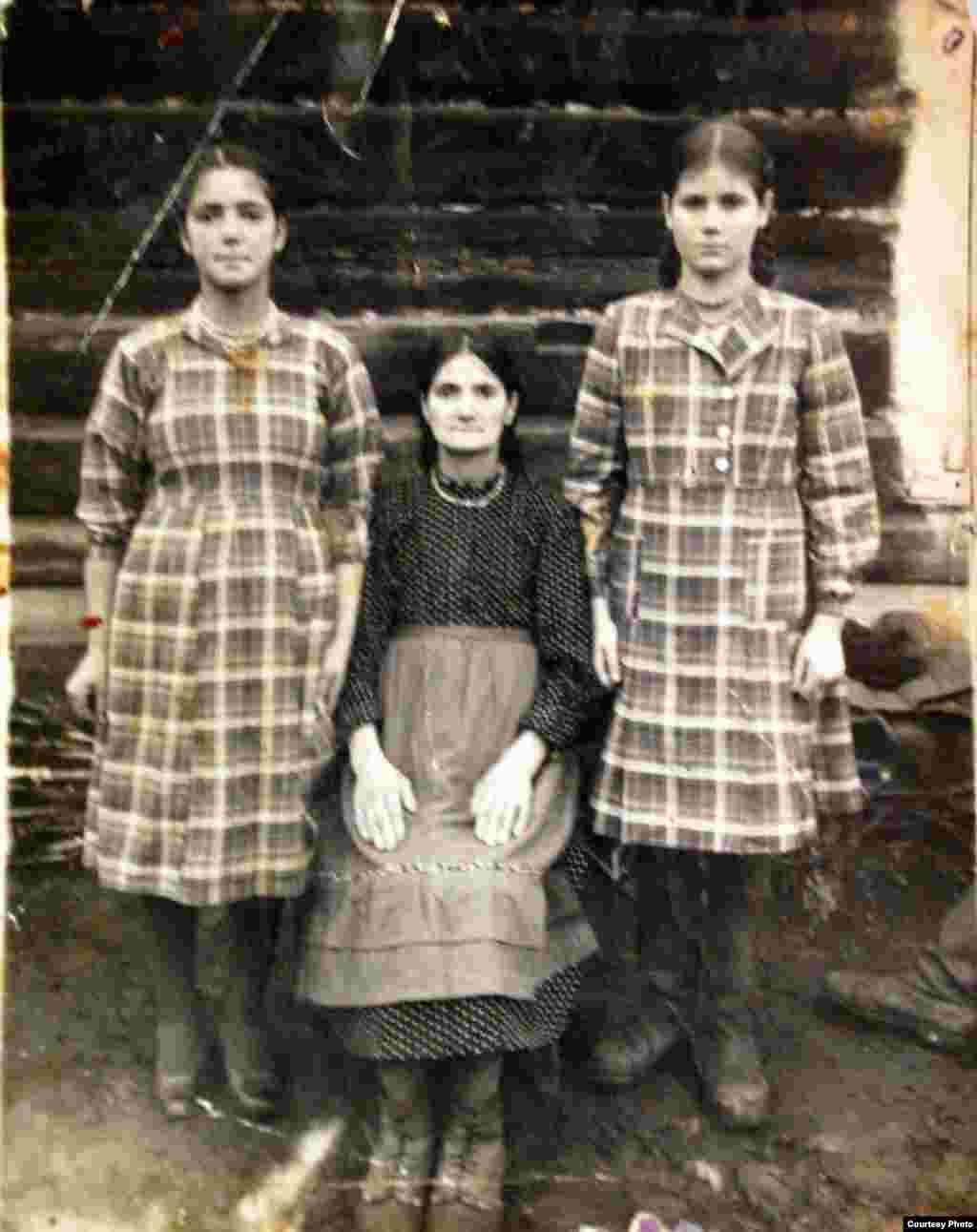 (dreapta) Lina Koeva, mama Marinei Pșenic, (stânga) sora Eudochia care a decedat în Siberia, (în mijloc) Varvara, mama surorilor. Altai, Siberia, 1951