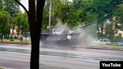 Танк зьбіў слуп у час рэпэтыцыі параду ў Менску 24 чэрвеня, кадр зь відэа відавочца на Youtube