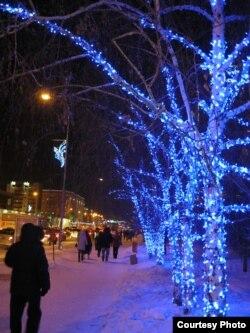 Улица в Астане в новогодних украшениях.