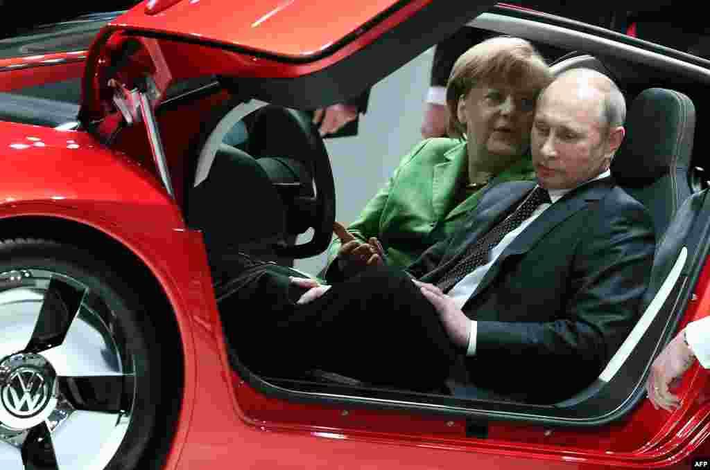 Путин белән Меркель Һанновердагы сәнәгать ярминкәсендә Volkswagen XL 1 Hybrid машинасын карый