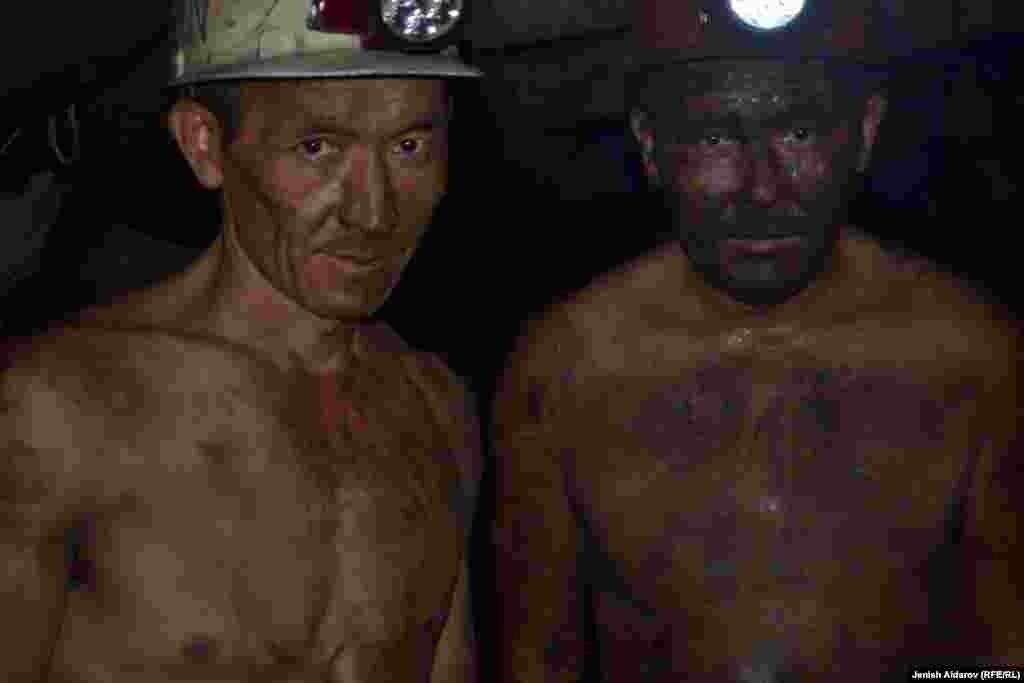 Работа шахтеров не только трудная, но и опасная. Уголь они добывают на глубине 200 метров, в среднем один шахтер зарабатывает около 20 тысяч сомов (около 300 долларов).