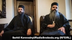 Руководитель монастыря Кутлумуш иеромонах Хризостом (справа) и иеродиакон Хризостом. Киев, 17 сентября 2016 года