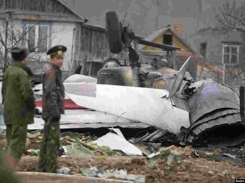 Уламки російського винищувача Су-27, що розбився за 40 кілометрів від Владивостока, 6 квітня. Пілотові вдалося катапультуватися. Photo by Sergei Eliseev for REUTERS