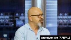 Կարո Եղնուկյանը «Ազատության» ստուդիայում, արխիվ:
