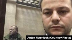 Apiske alınğan Ukraina miçmanı Yuriy Budzılo (soldan) ve advokat Ayder Azamatov (sağdan) mahkemede, 2018 senesi noyabrniñ 27-si