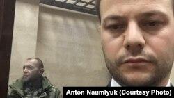 Украинский мичман Юрий Будзыло (л) и его адвокат Айдер Азаматов (п) в суде Симферополя, 27 ноября 2018 года