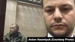 Арестованный украинский мичман Юрий Будзыло (л) и адвокат Айдер Азаматов (п) в суде, 27 ноября 2018 года