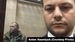 Заарештований український мічман Юрій Будзило (л) і адвокат Айдер Азаматов (п) в суді, 27 листопада 2018 року