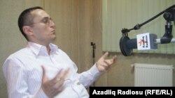 Alpay Azər Azadlıq Radiosunun studiyasında