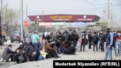 Граждане собрались недалеко от границы с Кыргызстаном. Март 2020 года.