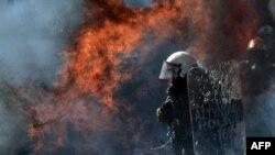 Un cocteil Molotov aruncat în poliţişti în timpul protestelor de la Atena, 26 septembrie 2012