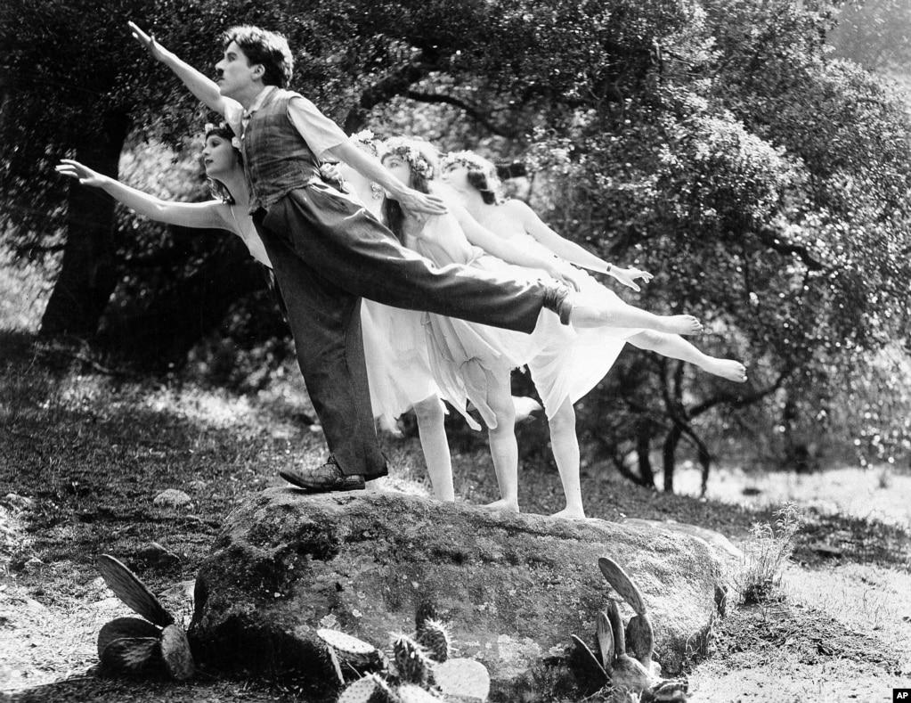 Актер и комик Чарли Чаплин в кадре короткометражного немого кино Sunnyside. Чаплин сам написал сценарий фильма, выступил продюсером и снялся в фильме.