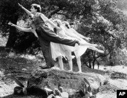 """7. მსახიობი და კომიკოსი ჩარლი ჩაპლინი - კადრი 1919 წელს გადაღებული მუნჯი ფილმიდან """"მზიანი მხარე"""" (Sunnyside). თავად დაწერა, გადაიღო და ითამაშა, როგორც ყოველთვის."""