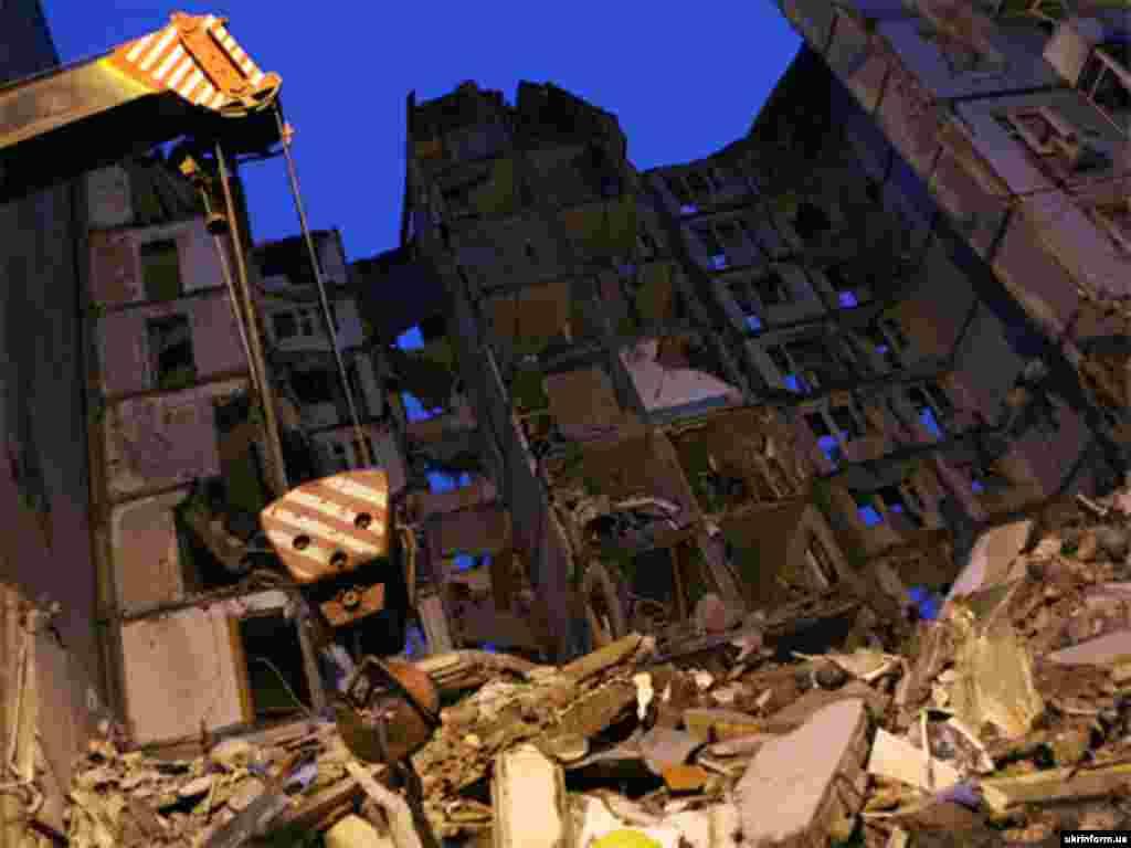 Ukraine -- Apartment block partly destroyed by a gas blast, in Dnepropetrovsk, 13Oct2007 - 13 жовтня 2007 внаслідок вибуху побутового газу в Дніпропетровську загинуло 23 особи і був повністю зруйнований 10-поверховий будинок на вулиці Мандриківській