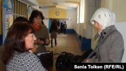 Университет ұстазы хиджап киген студент қызды оқу ғимаратына кіргізбей тұр. Атырау, 12 қараша 2010 жыл. Көрнекі сурет