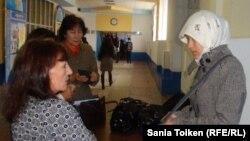 Студентку в хиджабе не пропускают на занятия в одном из казахстанских вузов. Иллюстративное фото.