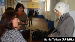 Университет ұстазы хиджаб киген студент қызды оқу ғимаратына кіргізбей тұр. Атырау, 12 қараша 2010 жыл. (Көрнекі сурет)