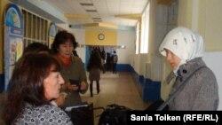 Университет ұстазы хиджап киген студент қызды оқу ғимаратына кіргізбей тұр. Атырау, 12 қараша 2010 жыл. (Көрнекі сурет)