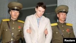 Отто Уормбьер (ортада) Пхеньянда өзіне шыққан сот үкімін тыңдап тұр. Солтүстік Корея, наурыз 2016 жыл