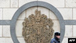 Российский милиционер охраняет посольство Британии в Москве