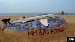Скульптура з піску, створена індійським митцем, у пам'ять про пасажирів малайзійського літака, Індія, пляжі Пурі, 25 березня 2014 року