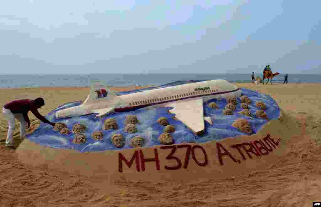 Индийский художник создал скульптуру из песка в память о пассажирах пропавшего самолета. Индия, 25 марта