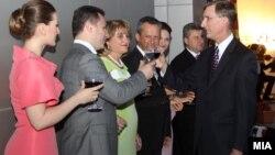 Коктел за 4 јули во Американската амбасада во Скопје. Премиерот Никола Груевски, претседателот на Собранието Трајко Вељаноски и претседателот Ѓорге Иванов со амбасадор Пол Волерс.
