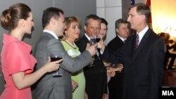 октел за 4 јули во Американската амбасада во Скопје. Премиерот Никола Груевски, претседателот на Собранието Трајко Вељаноски и претседателот Ѓорге Иванов со амбасадор Пол Волерс.