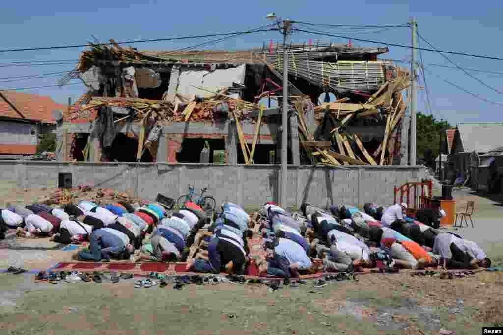 Oko tri hiljade muškaraca, u seni porušene džamije, okupilo se u kući u severnom području Beograda. Poziv na molitvu odjekivao je kroz otvorena vrata.