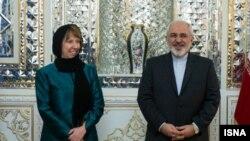 Верховный представитель ЕС по внешней политике Кэтрин Эштон и министр иностранных дел Ирана Джавад Зариф перед пресс-конференцией в Тегеране, 9 марта 2014 года.