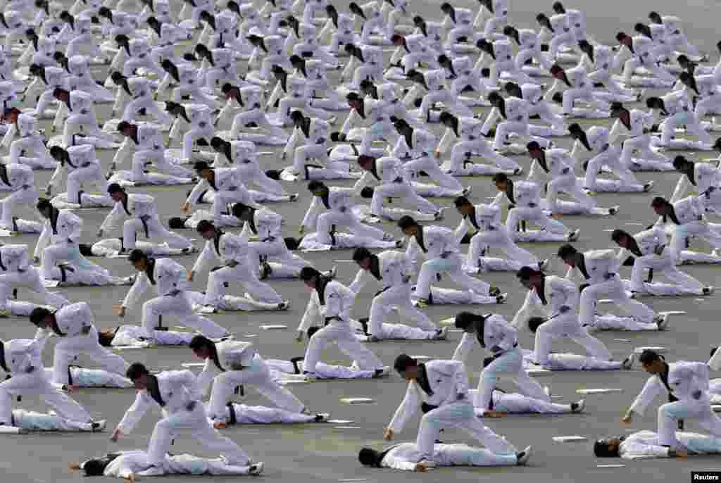 Военнослужащие специальных подразделений демонстрируют свои навыки тхэквондо