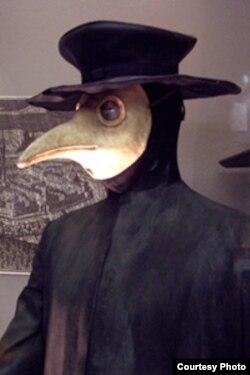 Orta əsrlər Avropasında taun xəstəliyinin yayılmasının qarşısını almağa çalışan həkimlərin geyindiyi xüsusi qoruyucu geyim və maska.
