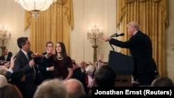 Pamje gjatë përplasjes verbale në mes të presidentit amerikan, Donald Trump dhe gazetarit, Jim Acosta.