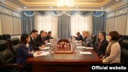 Глава МИД Таджикистана Сироджиддин Мухриддин и Элис Уэллс, первый заместитель помощника Госсекретаря США по делам Южной и Центральной Азии провели переговоры в Душанбе, 7 января 2020 года