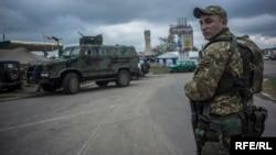 Украинский военнослужащий в Станице Луганской, октябрь 2016 года