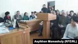 На суде по иску руководителя центра тибетской медицины «Жас-Ай» Жасана Зекейулы к газете «Жас Алаш». Алматы, 10 ноября 2015 года.