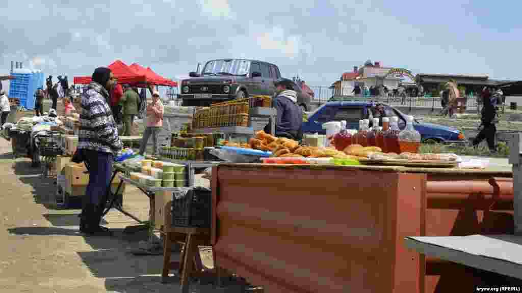 Біля автостоянки – ряди торговців сувенірами та продуктами харчування