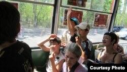 Трамвайдағы жолаушылар. (Көрнекі сурет)