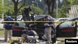 Полиция осматривает автомобиль, на котором приехали стрелявшие по выставочному центру Далласа