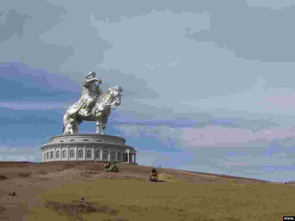 Улан Батыр читендәге далада Чыңгыз хан һәйкәле