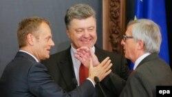 Еврокеңештин президенти Дональд Туск, украин президенти Петро Порошенко жана Еврокомиссиянын президенти Жан Клод Юнкер. Киев, 27-апрель, 2015-жыл.