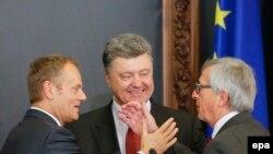 Председатель Европейского совета Дональд Туск, президент Украины Петр Порошенко (в центре) и глава Еврокомиссии Жан-Клод Юнкер после саммита Украина - ЕС в Киеве, 27 апреля 2015 года.