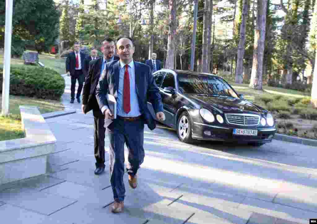 МАКЕДОНИЈА - Министерот за внатрешни работи, Наќе Чулев, денеска изјави дека снимките од кафеаната на Боемска улица во Скопје, каде беше фатен лидерот на ВМРО-ДПМНЕ, Христијан Мицкоски, како спротивно на протоколите седи во затворениот дел, сè уште се анализираат, но дека без разлика за кого станува збор, ако треба - одговорност ќе има.