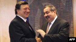 رئيس مفوضية الإتحاد الأوروبي خوسيه مانويل باروزو (يسار ) يرحب بوزير الخارجية العراقي هوشيار زيباري في بروكسل