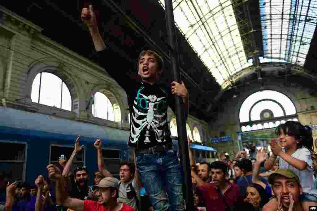 Полиция объяснила это тем, что мигранты нарушают закон Евросоюза, требующий от проезжающих по Европе иметь паспорт и Шенгенскую визу