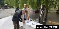 Një qytetar në Prishtinë nënshkruan peticionin e Lëvizjes Vetëvendosje për zgjedhje të reja.