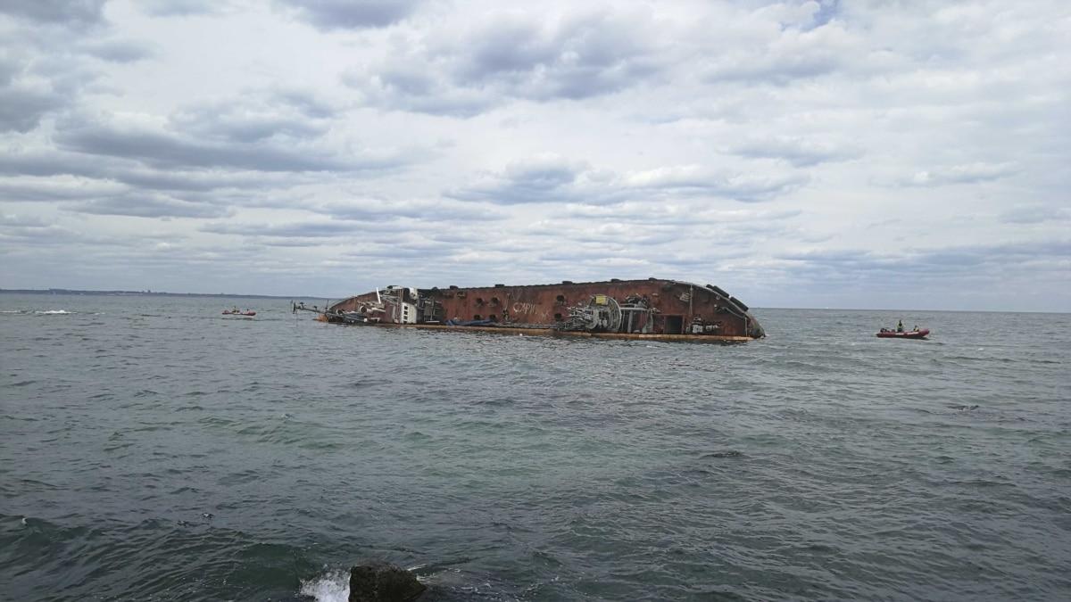 В Одессе обнаружили загрязнения воды вблизи затонувшего судна