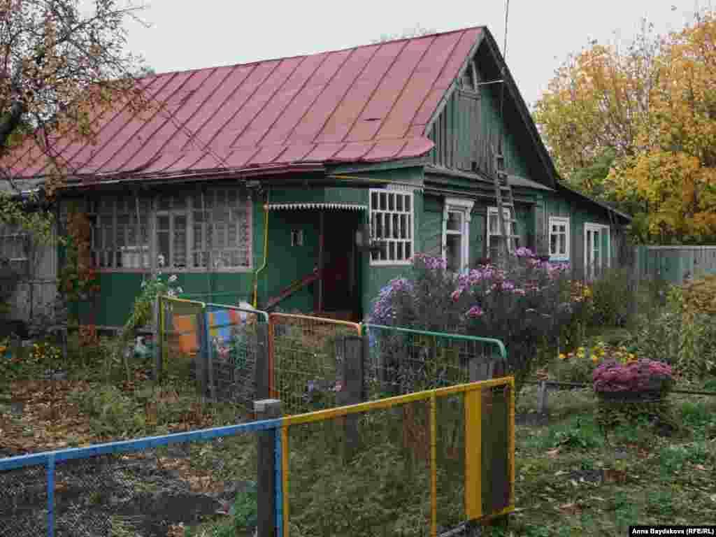 Дом делят три семьи, в том числе Николай Лисов с женой и сыном